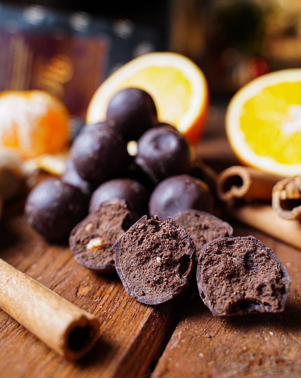 https://domchokolada.ruТрюфели шоколадные с апельсином, мандарином, имбирем, корицей и кардамоном фото вид сбоку