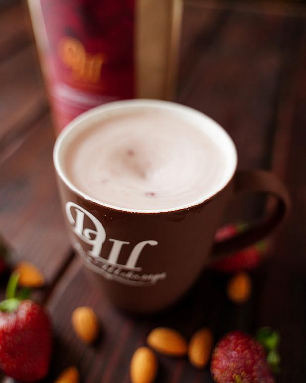 https://domchokolada.ruМиндальное молоко с ягодами клубники фото в чашке