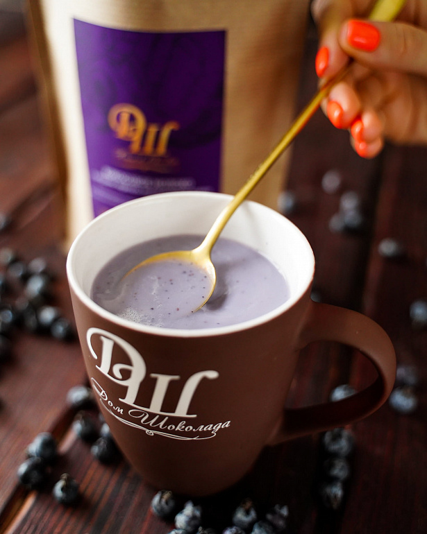 https://domchokolada.ruКокосовое молоко с ягодами черники фото в чашке