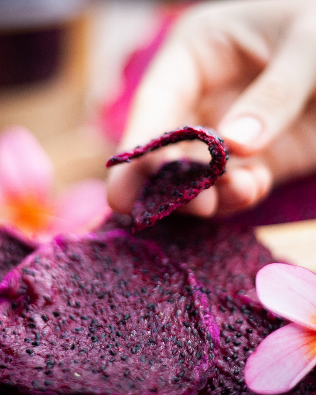 https://domchokolada.ruКостариканская красная Питахайя в виде фруктовых чипсов фото